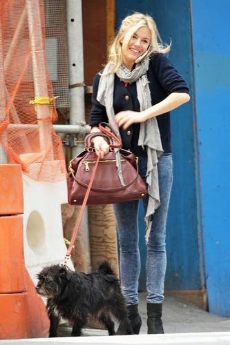 Foto de Sal a pasear al perro con estilo, copia a Sienna Miller (13/22)