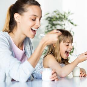 El yogur en la alimentación infantil: cómo saber cuál elegir y propuestas saludables para ofrecérselo a los niños