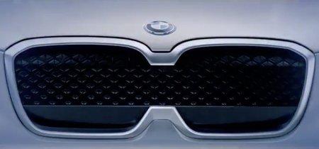 El nuevo coche eléctrico de BMW, el iX3, se insinúa con una parrilla poco convencional antes de su debut en Pekín