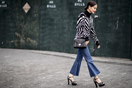 17 looks de street style para saber cómo llevar pantalones campana y sacarles el máximo partido