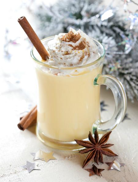 ¿Qué es el eggnog o ponche de huevo? La tradición de una bebida ideal para el invierno