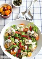 Ensalada de lechuga con escabeche, piquillos y alcaparras con salsa de eneldo