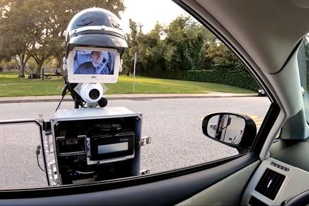 Este robot sería ideal para la Guardia Civil de Tráfico: te da el alto, te multa y te pincha las ruedas si hace falta