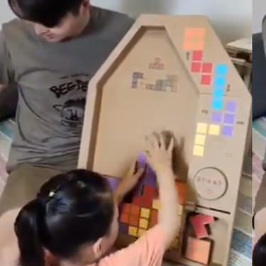 La divertida idea de un padre: crear un Tetris de cartón para que su hija juegue