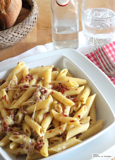 Penne rigate con salsa cremosa de mozzarella y jamón. Receta con solo tres ingredientes