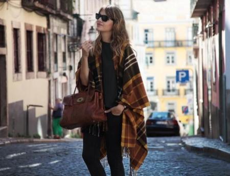 Por fin tienes tu poncho, pero no sabes cómo lucirlo, inspírate en la blogger más experta