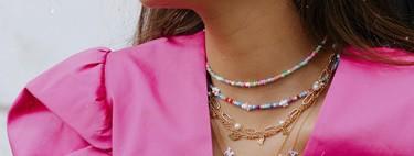 Las chicas de moda decoran este verano sus escotes con collares a todo color