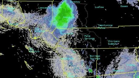 Esa nube verde son miles de mariquitas atravesando California a más de 1500 metros de altitud
