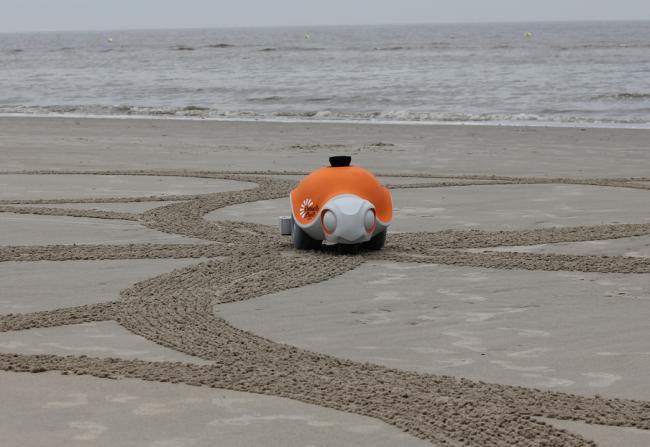 Mira cómo este robot dibuja sobre la arena lo que le has enviado desde tu smartphone