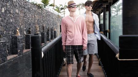 Cinco razones por las que no deberías llevar camisa con el bañador