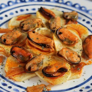 Patatas con mejillones en escabeche caliente casero, la receta de aperitivo para deslumbrar