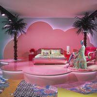 Arriba el neón. El Palazzo Versace de Milán se transforma para presentar su nueva colección de hogar