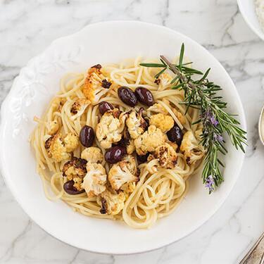 Espaguetis con coliflor picante y aceitunas negras: receta vegetariana de pasta muy sencilla