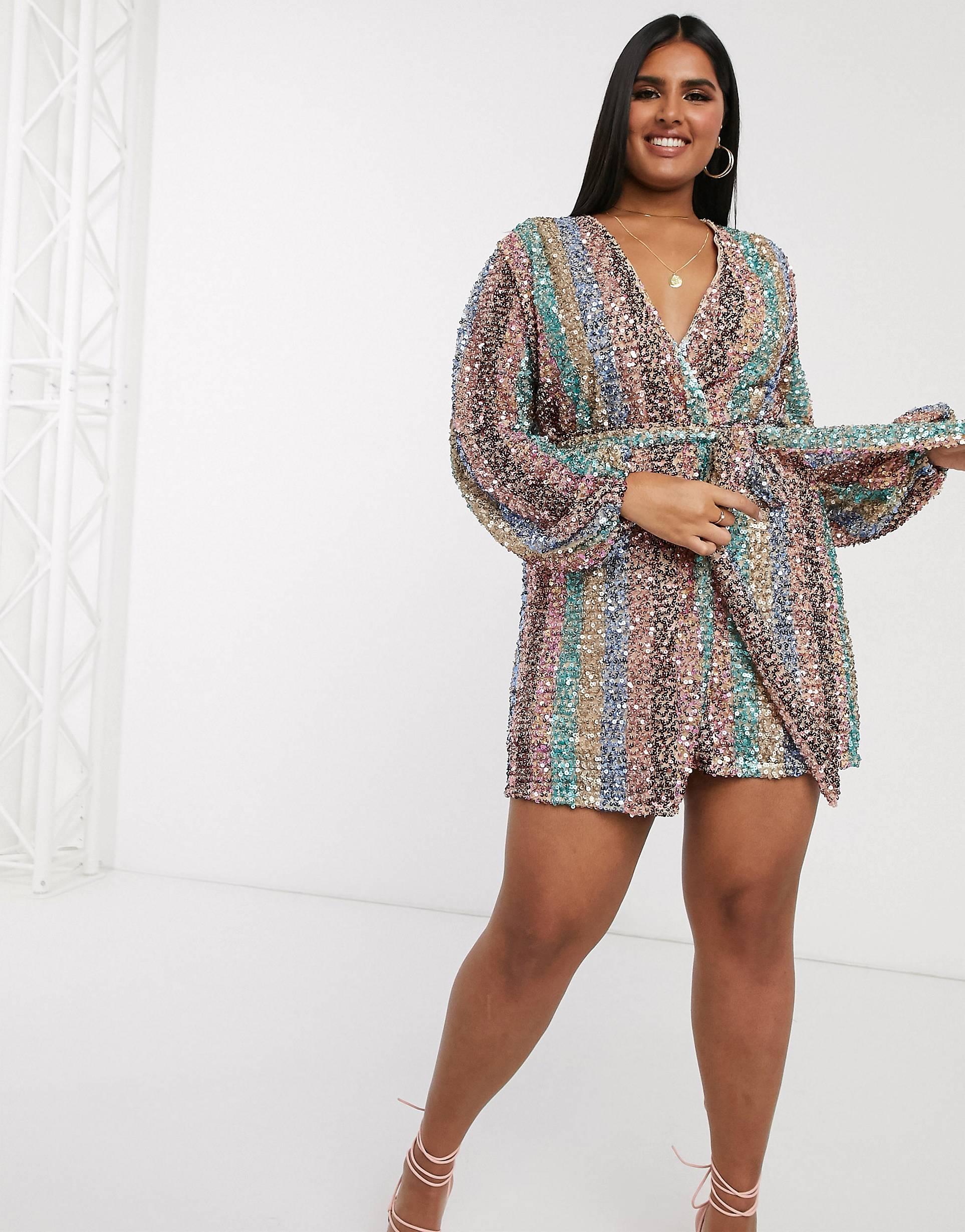 Vestido corto cruzado de manga larga con rayas multicolor de lentejuelas en contraste.