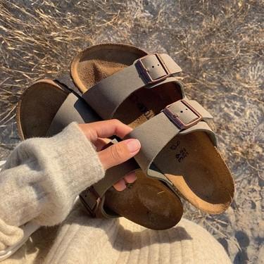 Las Birkenstock Arizona son las sandalias eternas para diseñar un look minimalista y estos nueve modelos nunca pasarán de moda
