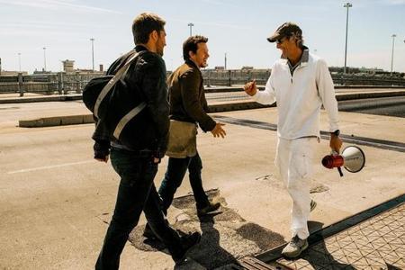 Michael Bay bromea con Mark Wahlberg en el set de rodaje
