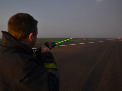 """Un """"espantapájaros Jedi"""" sobre ruedas y con altavoces: así se ahuyenta a los pájaros en algunos aeropuertos"""