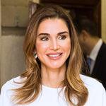 Rania de Jordania apuesta por un look años 70 en blanco y negro