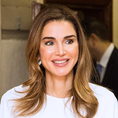 Rania de Jordania acierta con este look años 70 en blanco y negro