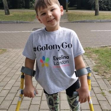 Un niño de cinco años con las piernas amputadas camina 10 kilómetros para recaudar dinero para el hospital que le salvó la vida