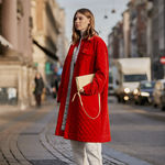 Los abrigos de colores son la prenda estrella del street style y ahora hay un montón de modelos rebajados en Asos
