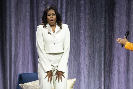 El traje-pantalón puede venir en formato cropped o tipo joya, palabra de Michelle Obama