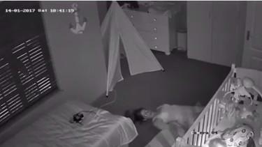 Una cámara graba a una madre arrastrándose para salir de la habitación y evitar despertar al bebé