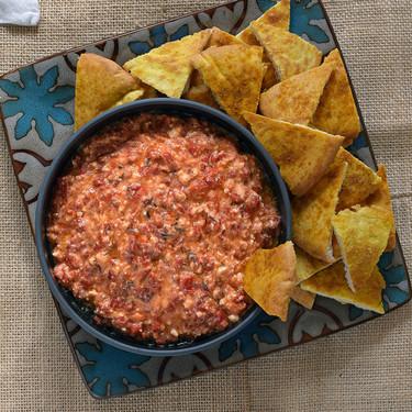 Htipiti o crema untable de pimientos asados y queso feta, la receta de José Andrés del adictivo dip de Grecia