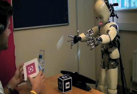 Deechee, el robot que empezó balbuceando para aprender a hablar