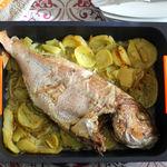 Pargo al horno sobre su cama de patatas, la receta más fácil (que también puedes hacer con cualquier otro pescado)
