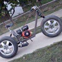 Este croata se ha hecho una moto con dos ruedas de coche, un motor de kart viejo y mucha maña