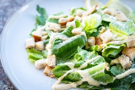 Los ingredientes que debes evitar en tu ensalada si quieres lograr un plato verdaderamente sano y ligero