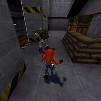 No hace falta que te frotes los ojos: así es como se ve a Crash Bandicoot recorriendo Half-Life (y aniquilando a los soldados a base de giros)