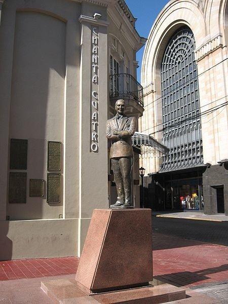 La escultura de Gardel en el Abasto, el barrio más tanguero de Buenos Aires