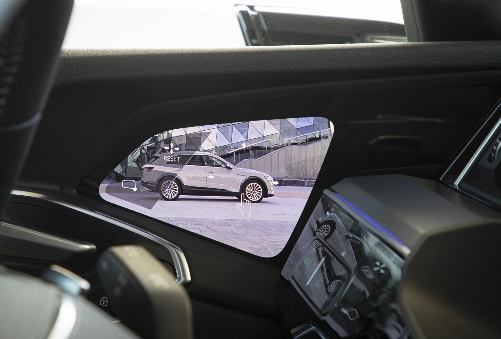 Foto de Audi e-tron (70/111)