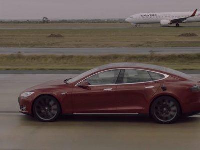 El Tesla Model S pasa ya de adelantar deportivos con el modo 'ludicrous'. Mejor picarse con un Boeing 737