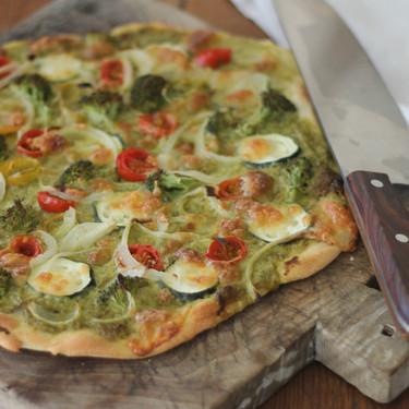 Pizza verde de pesto y verduras, la receta sabrosa que te encantará probar