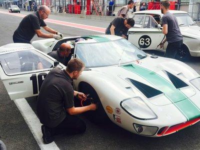Se ha quedado una buena tarde para copilotar un brutal Ford GT40 en Spa, y este vídeo lo demuestra