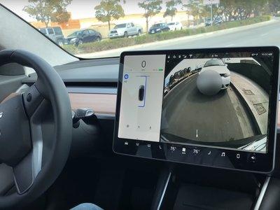 La evolución del Autopark del Tesla Model 3 en dos vídeos: ¿Aparcamiento fácil o mejora real del software?