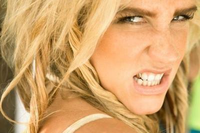 La rehab de Ke$ha va divinamente, pero ella necesita vuestros dientes