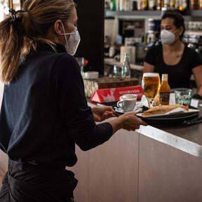 """El futuro de la hostelería, según los que más saben de ella: entre el """"miedo residual"""", el fin de la barra de pinchos y la """"explosión en cuanto nos dejen salir"""""""