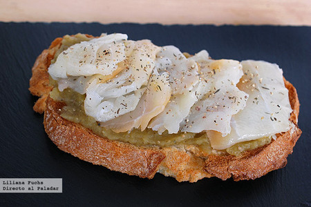 Tosta de paté de berenjena con bacalao ahumado
