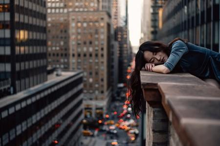 chica joven no puede dormir por el ruido ambiente de la ciudad