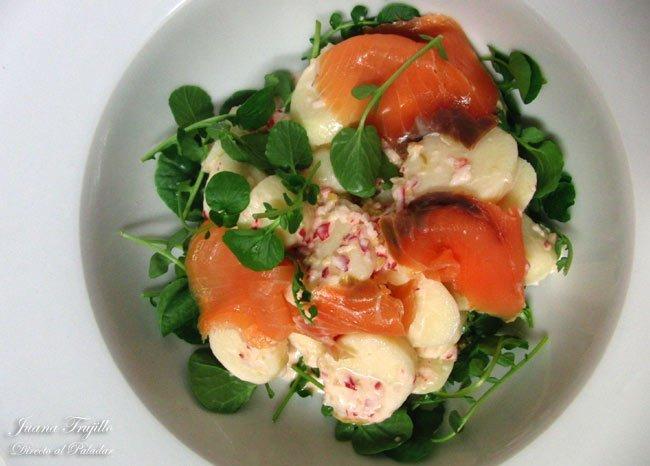 Receta de ensalada de patatas, salmón y salsa de rábanos