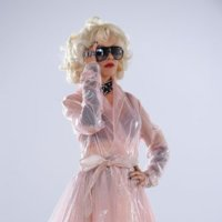 Christina Aguilera luce gafas de sol Carrera en su último videoclip