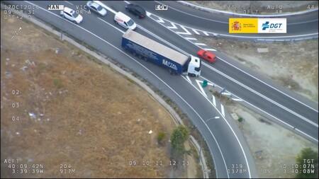 La DGT someterá a examen a camiones y autobuses en una nueva campaña de vigilancia: estos vídeos muestran lo que quiere evitar