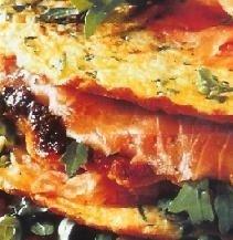 Montadito de tortilla con salmón ahumado y rúcula