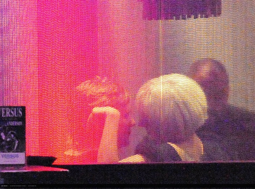 Foto de Lady Gaga besa a un hombre misterioso (5/6)