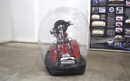 Esta cápsula hinchable para la moto es la enemiga de la de suciedad y de los golpes en el garaje, a la venta desde 260 euros
