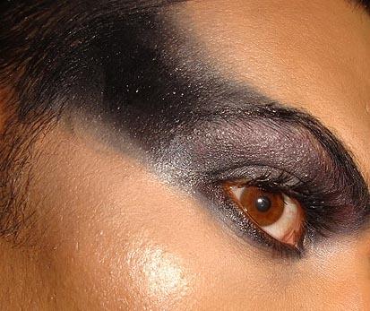Look de fiesta, ojos negros estilo Rihanna